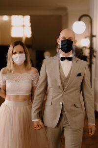 Brautpaar mit Alltagsmaske