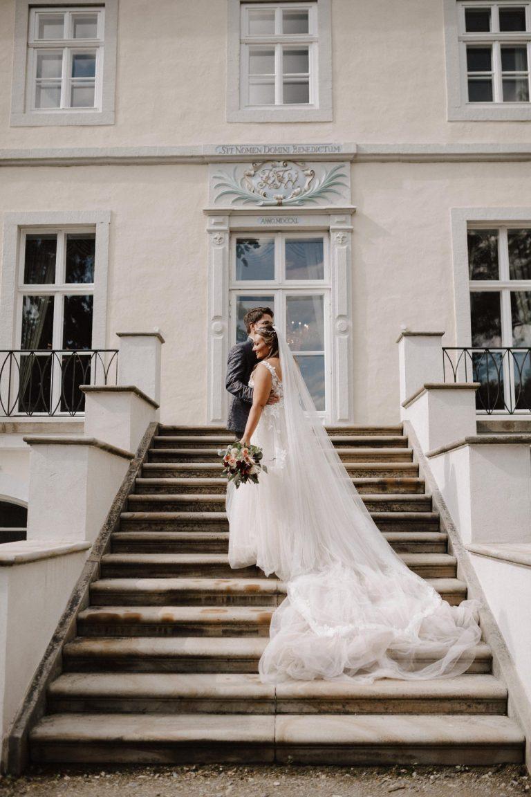 Hochzeitspaar auf der Treppe vor dem Schloss Ovelgönne.