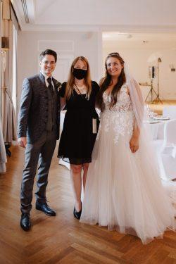 Hochzeitsplanerin mit Brautpaar